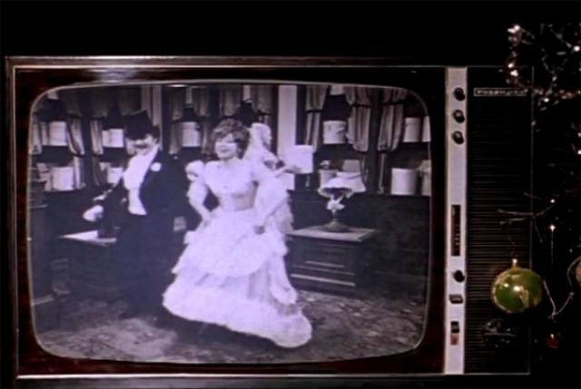 """Любопытная подробность: почти сразу же после ухода Жени Ипполит включает телевизор, по которому идет фильм """"Соломенная шляпка"""", на экране виден Андрей Миронов, вместе с Людмилой Гурченко они сыграли главные роли в этом фильме и при этом оба пробовались на главные роли в """"Иронии судьбы""""."""