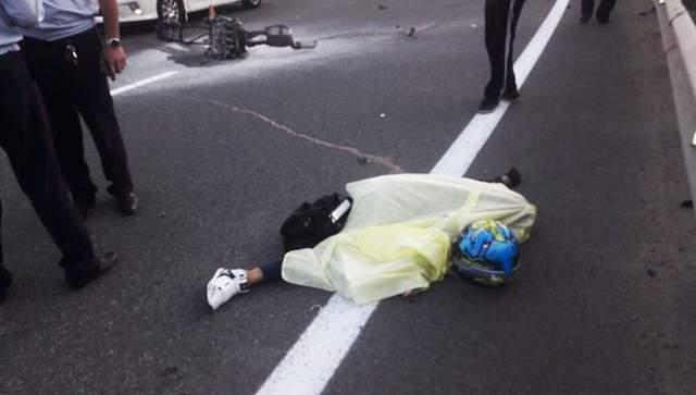 Вероятнее всего, ее мотоцикл BMW S1000 RR превысил допустимую скорость и влетел в отбойник. От удара ее транспортное средство разорвало на части, а сама 40-летняя байкерша скончалась от многочисленных переломов.