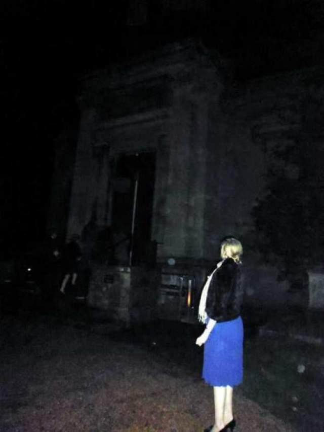 Призрак в виде скелета Супруги из города Бристоль, Великобритания, утверждают, что в один из вечеров они собирались посетить часовню на кладбище, но задержались на улице, чтобы сделать несколько снимков на память. Мария остановилась и Оливер сфотографировал ее.