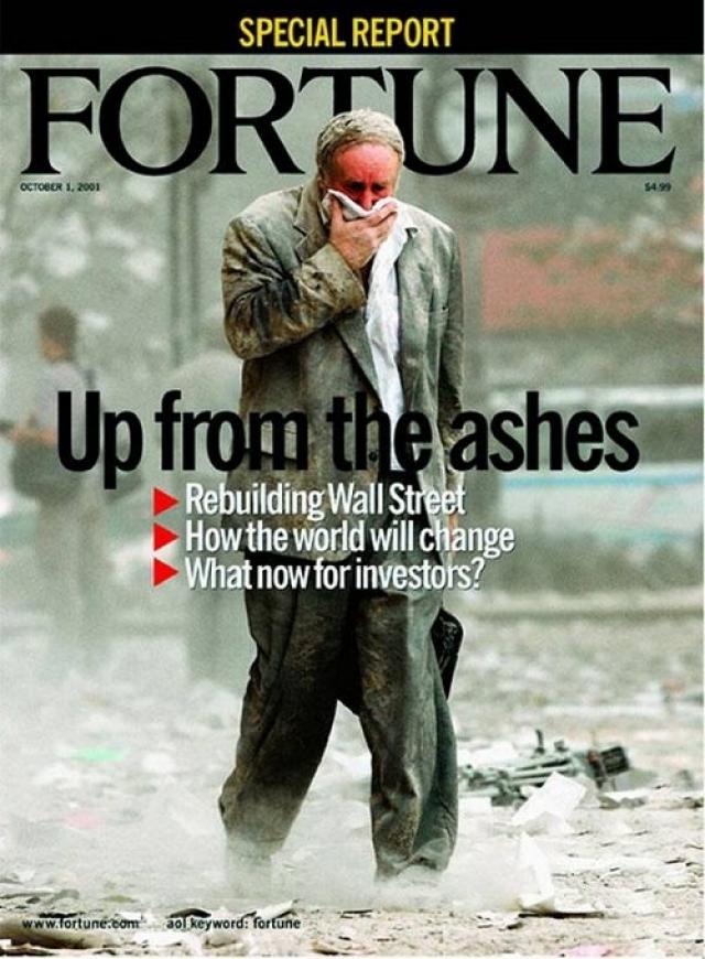 Fortune, октябрь 2001. Люди, покрытые пеплом, идут по улице после атаки террористов на ВТЦ.