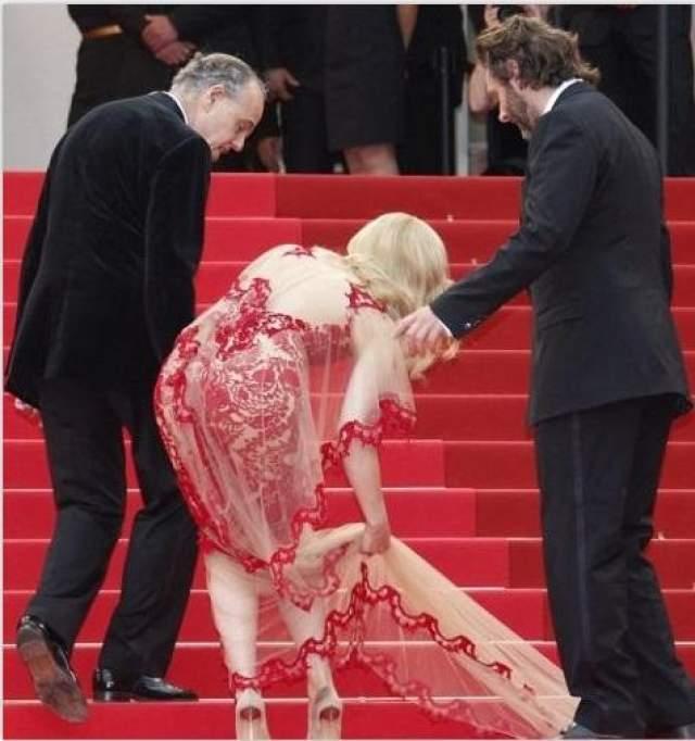 Бойфренд Рейчел МакАдамс, Майкл Шин, также оказался неуклюжим и наступил своей невесте на платье.