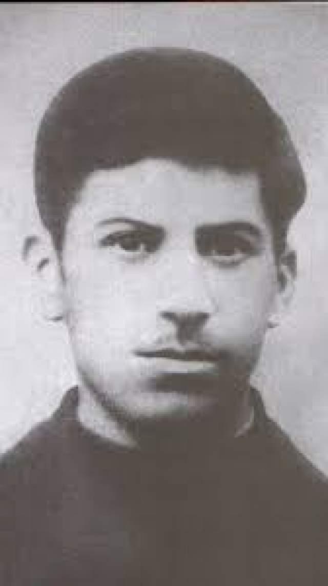Также, как и многие другие носители усов, Сталин отрастил их, как только появилась возможность, и с тех пор никогда не сбривал. Генсека без усов можно увидеть только в довольно юном возрасте.