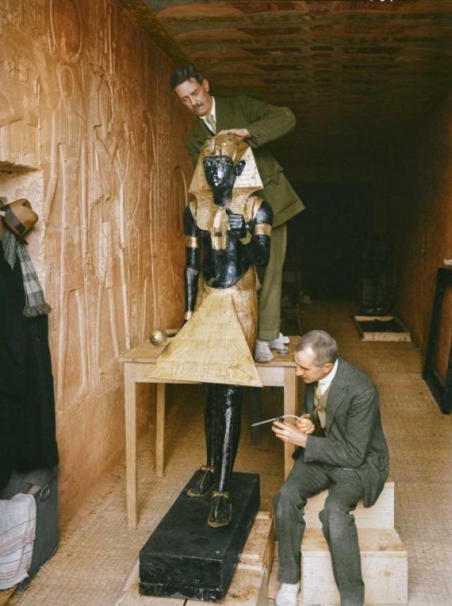 Только за год с момента вскрытия гробницы Тутанхамона вслед за лордом Карнарвоном скоропостижно умирают Дуглас Рейд (делал рентген мумии), брат Карнарвона, полковник Обри Герберт (заражение крови), трагически погибает А.К. Мейс (он вскрывал с Картером погребальную комнату). На фото: январь 1924 года. Реставраторы Артур Мейс и Альфред Лукас чистят одну из статуй Ка из передней комнаты.