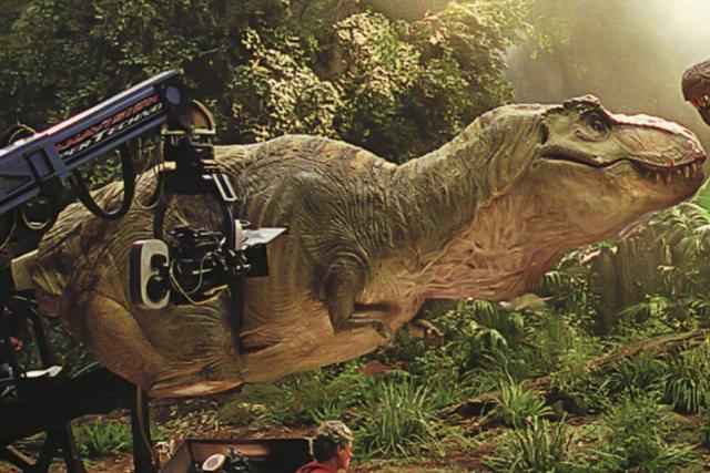 Для съемок сцены с участием относительно небольших ящеров (например, велоцирапторов) были изготовленные специальные костюмы.