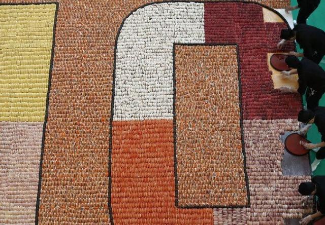 8 января 2014 года 20 647 суши были выстроены в огромнейшую мозаику на 37 кв. м. в Гонконге, Китай