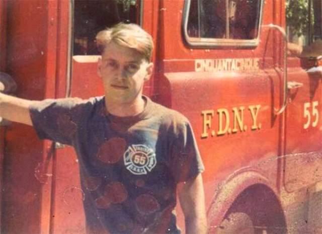 Однако в реальной жизни он до начала своей карьеры четыре года работал пожарным в Нью-Йорке.