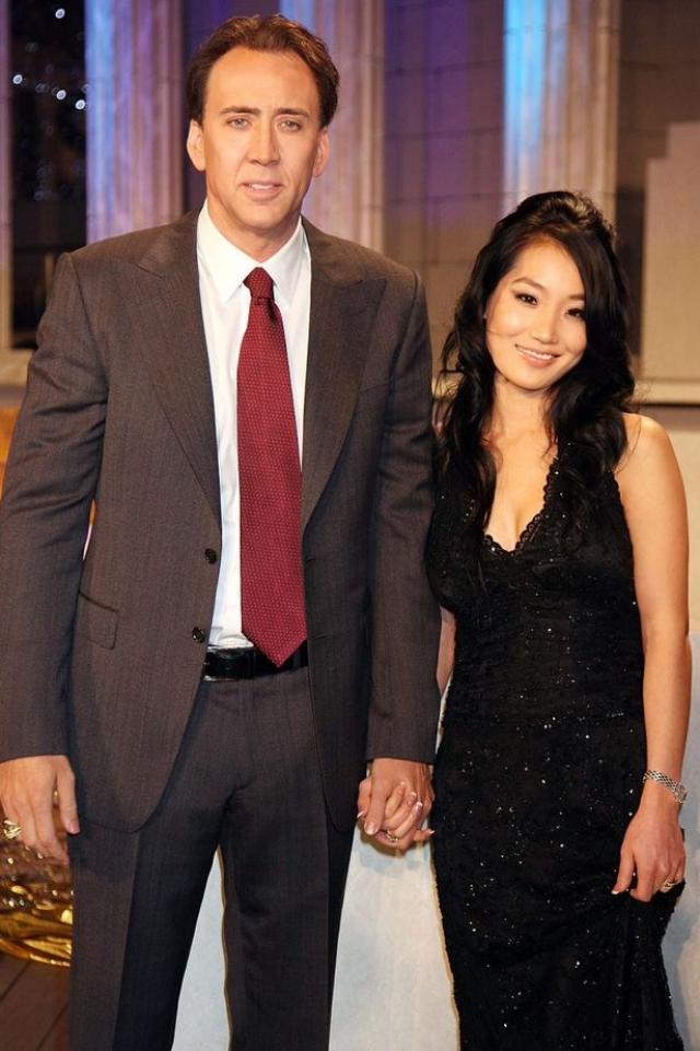 Как ни странно, семейное счастье Николас наконец обрел в браке с простой официанткой корейского происхождения Эллис Ким: пара познакомилась в одном из ресторанов Лос-Анджелеса, где работала Ким.