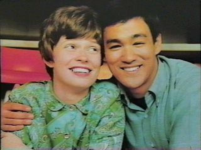 Брюс Ли и Линда Кедуэлл. Линда познакомилась с Брюсом в Гарфилдской высшей школе в Сиэтле, куда он приехал продемонстрировать искусство кунг-фу. В то время Брюс посещал Университет Вашингтона.