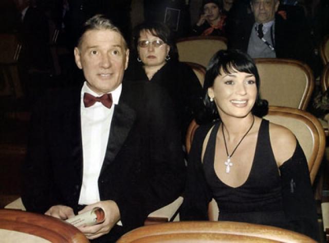 В начале 2006 года рядом с Абдуловым появилась симпатичная молодая брюнетка. Весной 2007 года у Александра и Юлии родилась дочка Евгения.