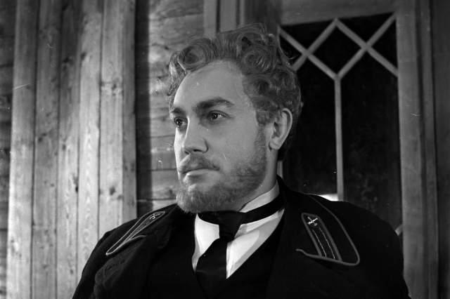 """Многие считают, что эта картина стала последней в жизни актера, но это не так — он успел сыграть еще в шести фильмах, а умер через три года после того, как съемки """"Белого солнца пустыни"""" были закончены."""