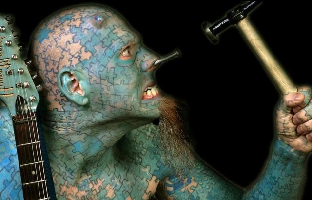 Лоуренс является профессиональным артистом и музыкантом. Он развлекает публику тем, что глотает шпаги, вставляет вращающийся пропеллер в нос, глотает различные жидкости, выталкивает их обратно и глотает опять.