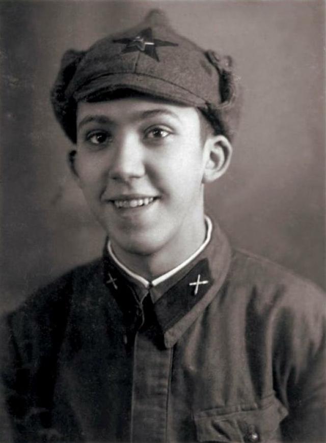 В 1939 году Юрий окончил десятилетку и был сразу же призван в армию. В зенитном дивизионе близ Сестрорецка он встретил советско-финскую войну.