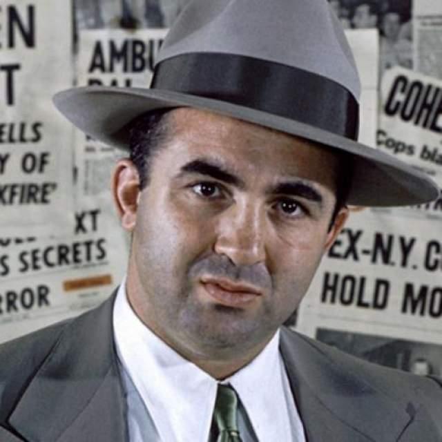 Микки Коэн Майер Харрис Коэн по прозвищу Микки, на протяжении многих лет был занозой для полиции Лос-Анджелеса. Он имел долю во всех отраслях организованной преступности в Лос-Анджелесе и некоторых других штатах. Коэн родился в Нью-Йорке, но переехал в Лос-Анджелес с семьей, когда ему было шесть лет. Начав многообещающую карьеру в боксе, Коэн бросил спорт, чтобы пойти по пути криминала, и оказался в Чикаго, где работал на знаменитого Аль Капоне.