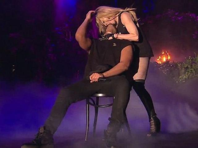 Мадонна и Дрейк являются одними из самых больших имен в музыкальном мире, не удивительно, что после этого поступка Мадонна была в центре внимания в течение почти трех лет.