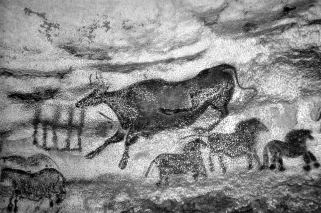 Так была открыта наскальная живопись. Правда, сначала археолога обвинили в фальсификации рисунков, но позже пещерные росписи были найдены и в других местах.