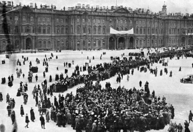 17 июля в Петрограде начался переворот: на улицы вышли вооруженные толпы, всюду производились погромы и грабежи.