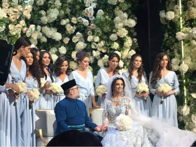 Ради своего мужа девушка приняла ислам и взяла себе имя Рихана. Ходят слухи, что на официальных церемониях она даже носит хиджаб.