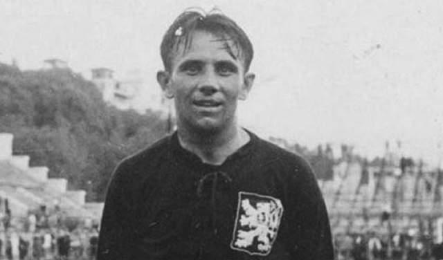 """Олдржих Неедлы. Как и предыдущий герой, играл за Чехословакию. В двух чемпионатах мира, 1934 года и 1948-го, он признан лучшим бомбардиром. Принимая участие в """"Битве в Бордо"""", сломал ногу, но успел забить один гол."""