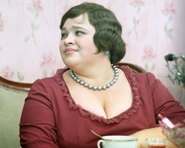 """Студентка ВГИКа Наталья Крачковская от роли отказалась, поскольку в сценарии ее героиня была описана как женщина необъятных размеров с арбузными грудями"""". Но режиссер все же убедил актрису."""