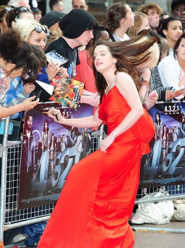 А вот Мишель Райан удержалась на ногах на премьере в Лондоне.