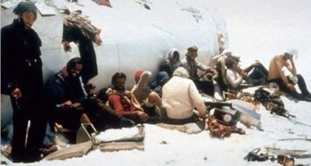 """12 пассажиров погибли при падении и столкновении со скалой, еще пятеро скончались позже от ран и холода. Из оставшихся 28 человек еще восемь погибли при сходе лавины, которая накрыла их """"жилище"""" из фюзеляжа самолета. Еще трое раненых позже скончались."""
