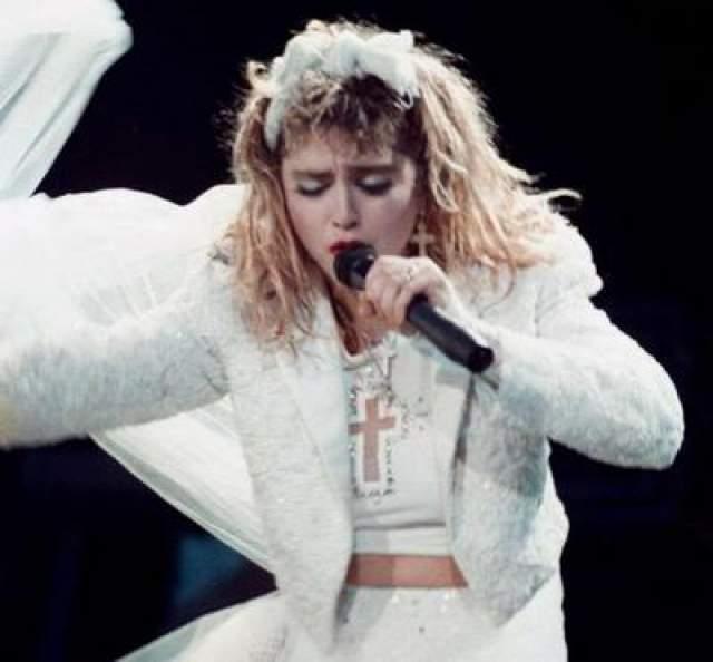 """Второй диск """"Like a Virgin"""" (1984) сразу стал хитом и был распродан 10-миллионым тиражом. Ее выступление на церемонии вручения наград MTTV вызвало большой скандал."""