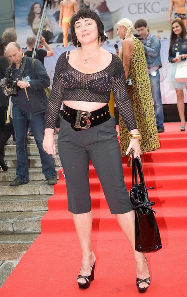 Лолита Милявская. 53-летняя певица практически все время наряжается в одежду и не по возрасту, и не по фигуре.