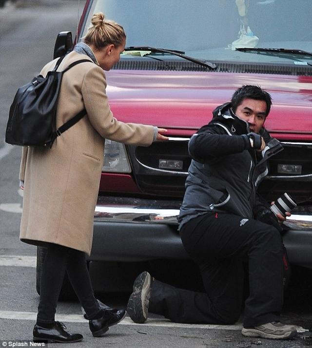 Сэм Уортингтон и Лара Бингл. В 2014 году актера арестовали за избиение фотографа, который предположительно ударил его жену, австралийскую модель.