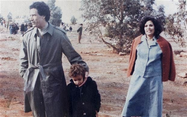 Муаммар был женат дважды. После переворота в Ливии в 1969 году он расторгнул брак с Фатимой, которая была дочерью одного из приближенных бывшего ливийского монарха Идриса. Его второй женой стала медсестра из военного госпиталя Сафия.