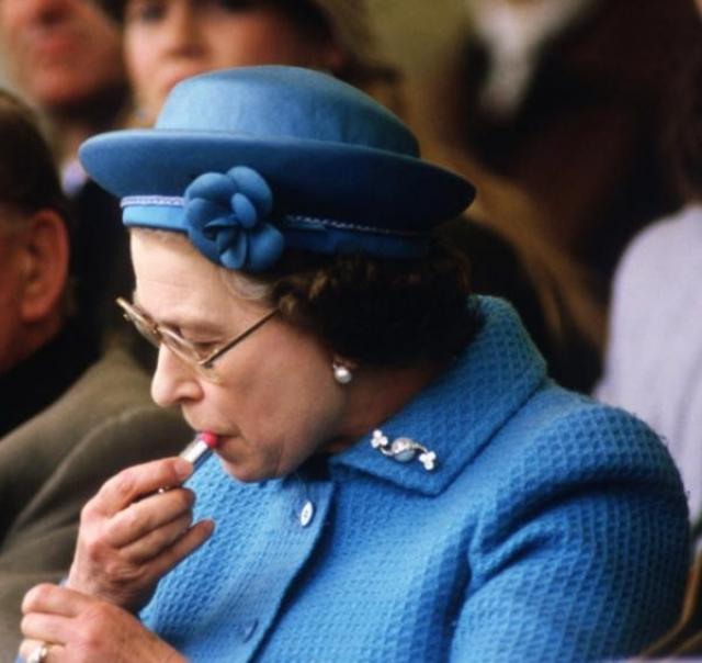 Она красит губы на публике Кто бы что ни говорил о строгости английского этикета, королева позволяет себе маленькие слабости. Папарацци неоднократно подлавливали момент, когда, находясь на публичных светских мероприятиях, Елизавета не смущалась своего положения и окружающей толпы и публично поправляла макияж.