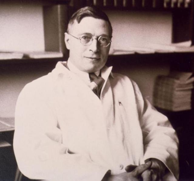И вот в 1921 году он совершил задуманное, а затем ввел подопытному экстракт поджелудочной железы, которая атрофировалась у другой собаки. И случилось невероятное: собака, которой ввели сыворотку, поправилась. Так было придумано лекарство от диабета.