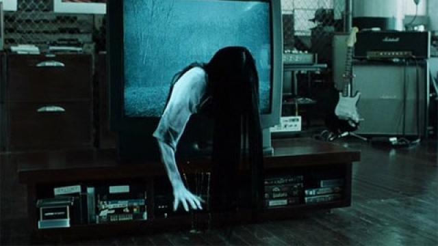 """""""Звонок"""" . Начало фильма """"Звонок"""" о страшной кассете, убивающей всех, кто ее посмотрит, произвело на зрителей такое впечатление, что в компанию даже писали ноты протеста."""