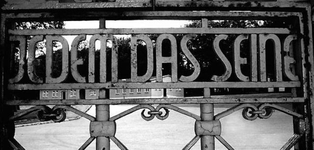 """Администрация концлагеря Бухенвальд : """"Каждому свое""""."""
