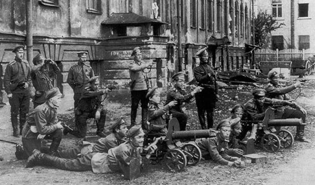 По амнистии Временного правительства большинство тюрем было открыто, город заполонили бывшие заключенные и солдаты запасных полков. Обе группы объединяло горячее нежелание идти на фронт.