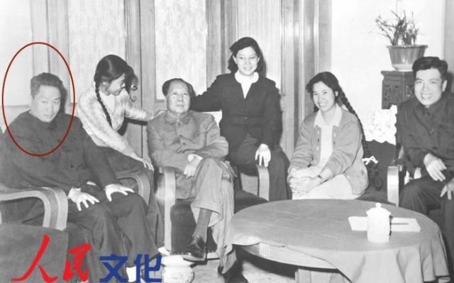 """Ему был поставлен диагноз """"шизофрения"""", и с тех пор большую часть времени он проводил в закрытых психиатрических лечебницах. И если похороны старшего брата Мао Аньина были в свое время превращены в торжественное мероприятие, то смерть среднего брата осталась в Китае практически незамеченной."""