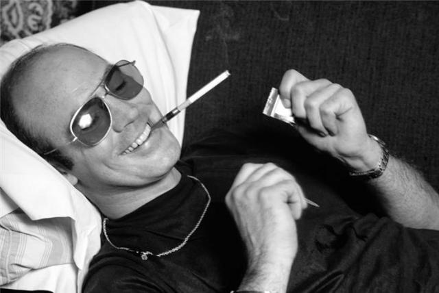 Хантер Стоктон Томпсон. Основатель так называемой гонзо-журналистики, был сильно пьющим, употребляющим наркотики, балующимся оружием и очень популярным писателем.
