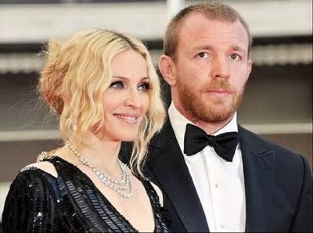 """С британским режиссером Гаем Ричи они провели вместе восемь лет, с 2000 по 2008 год. Выбор британца в качестве мужа она, в частности, объяснила тем, что """"самый глупый англичанин в десять раз умней самого умного американца"""". От этого брака Мадонна получила в наследство двоих детей и британское гражданство. Развод, увы, получился довольно тягостным и стоил паре почти 100 миллионов долларов."""