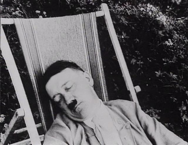 Современники рассказывали, что Гитлер любит подольше поспать и раньше 11 утра обычно не вставал. При этом он засыпал лишь в 4 утра, поэтому частенько у него были красные глаза и ранние симптомы болезни Паркинсона.
