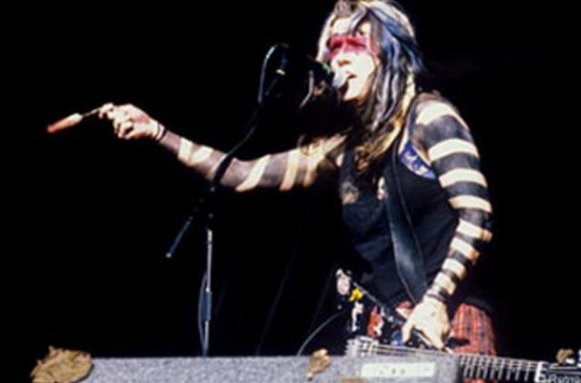 Во время выступления группы L7 на фестивале Reading Festival была вынуждена закончить выступление раньше времени по техническим причинам. Разочарованные фанаты принялись бросаться в музыкантов грязью и различными предметами.