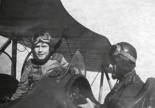 В 15 лет Аркадий был удостоен своей первой боевой награды - ордена Красной Звезды за спасение пилота разбившегося на нейтральной полосе штурмовика Ил-2.