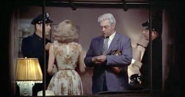 """""""Окно во двор"""". Одной из самых напряженных сцен в фильме Хичкока критики и зрители единодушно признают ту, в которой героиня Грейс Келли проникает в квартиру убийцы, не подозревая, что тот находится совсем близко."""