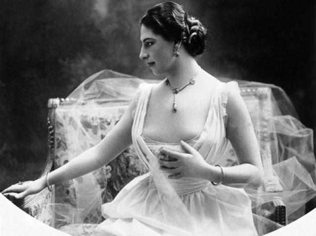 """Маргарета ушла от мужа и отправилась зарабатывать средства на жизнь в Париже. Сначала она выступала как цирковая наездница под именем """"леди Греша Мак-Леод"""". С 1905 начинается ее громкая слава, как танцовщицы """"восточного стиля"""", выступавшей под псевдонимом Мата Хари."""
