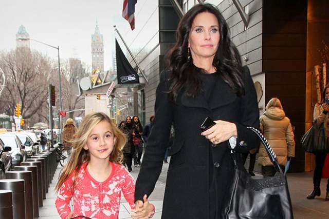 Кортни Кокс . В июне 2004 года родила дочь, Коко Аркетт, от своего мужа Дэвида Аркетта. Ей было тогда 40 лет.