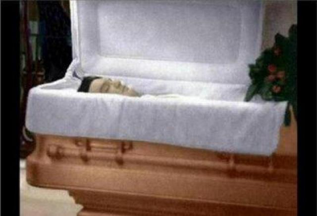 """Около 2 часов дня, 16 августа, Олден, проснувшись и не обнаружив Элвиса в постели, пошла в ванную комнату, где нашла его бездыханное тело на полу. Срочно была вызвана """"скорая помощь"""", доставившая Пресли в реанимацию, хотя было очевидно, что все усилия напрасны. В четыре часа дня было сделано официальное заявление о смерти — по причине сердечной недостаточности, — однако вскрытие затем показало, что причиной остановки сердца стала именно чрезмерная доза различных медикаментов (по другим данным — наркотиков)."""