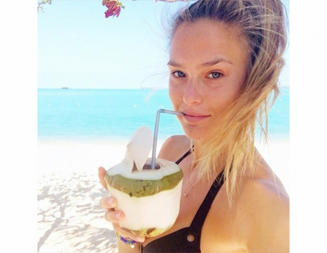 Бывшая подруга Лео Ди Каприо, модель Бар Рафаэли, - спец по селфи без макияжа.