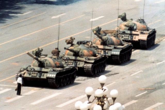 Культовая фотография неизвестного мятежника, который стоял перед колонной китайских танков. Тяньаньмэнь, 1989 год.
