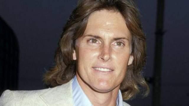 Его последуй брак с Крис Кардашьян, матерью скандального известной Ким, продлился 23 года. У супругов родились две дочери - сейчас это известные модели Кендалл и Кайли Дженнер.