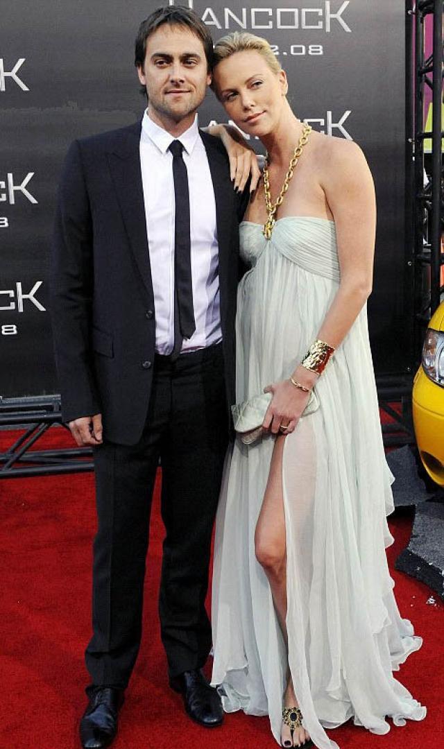 """В 2002 году Шарлиз Терон познакомилась на съемках фильма """"24 часа"""" со Стюартом Таунсендом, с которым стала встречаться. Они считались одной из самых прочных пар в Голливуде, однако в итоге решили расстаться."""