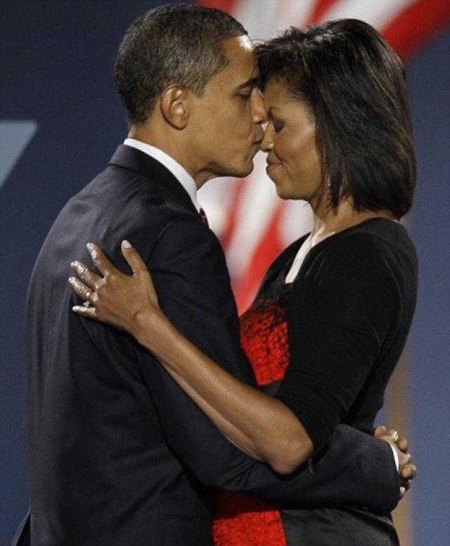 По словам супруги Мишель Обамы, Барак очень романтичный, и часто преподносит жене цветы.