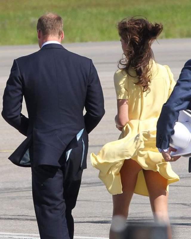 Взметнувшийся подол легкого летнего платья обнажил стройные ноги герцогини. Говорят, чтобы впредь не попадать в конфузные ситуации из-за прорывов ветра, Кейт порекомендовали пользоваться секретом королевы, в низ платьев которой вшивают тонкую металлическую цепочку.
